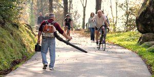 Lombardije-vallende-bladeren-bladblazer-wielrenner