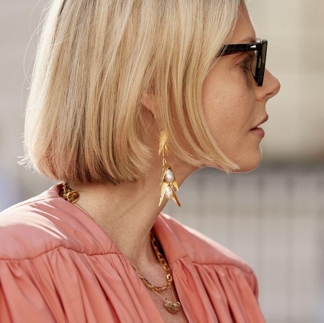 Hair, Eyewear, Face, Hairstyle, Street fashion, Blond, Glasses, Sunglasses, Pink, Shoulder,