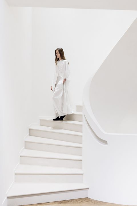 Stairs, Sleeve, White, Street fashion, Beige, Photo shoot,
