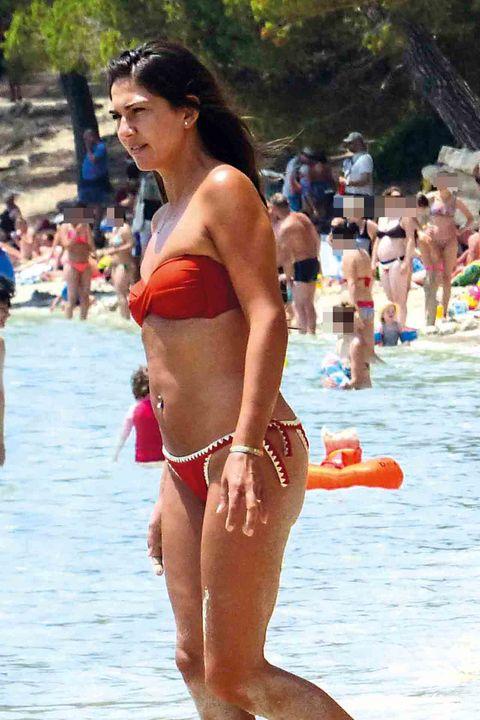 Lorena Bernal, cuerpo entero, en la playa