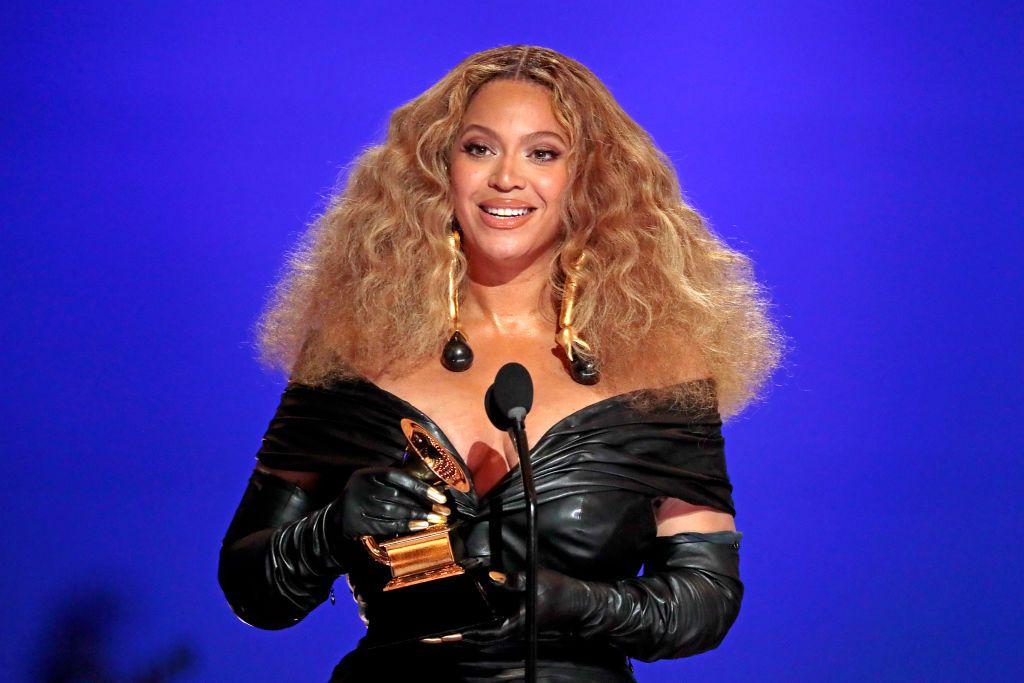 Beyoncé demuestra que las cadenas son un 'must' de la temporada durante su escapada con Jay-Z
