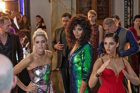 kristen stewart, ella balinska y naomi scott, con vestidos de fiesta como sabina, jane y elena, sus personajes en la película de 2019 los ángeles de charlie