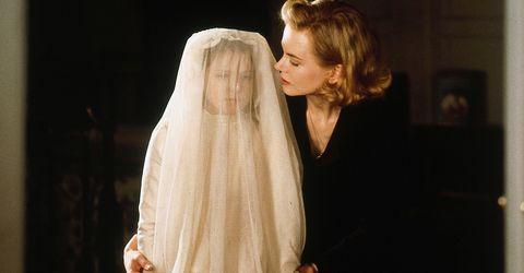 nicole kidman en los otros junto a una niña vestida de blanco