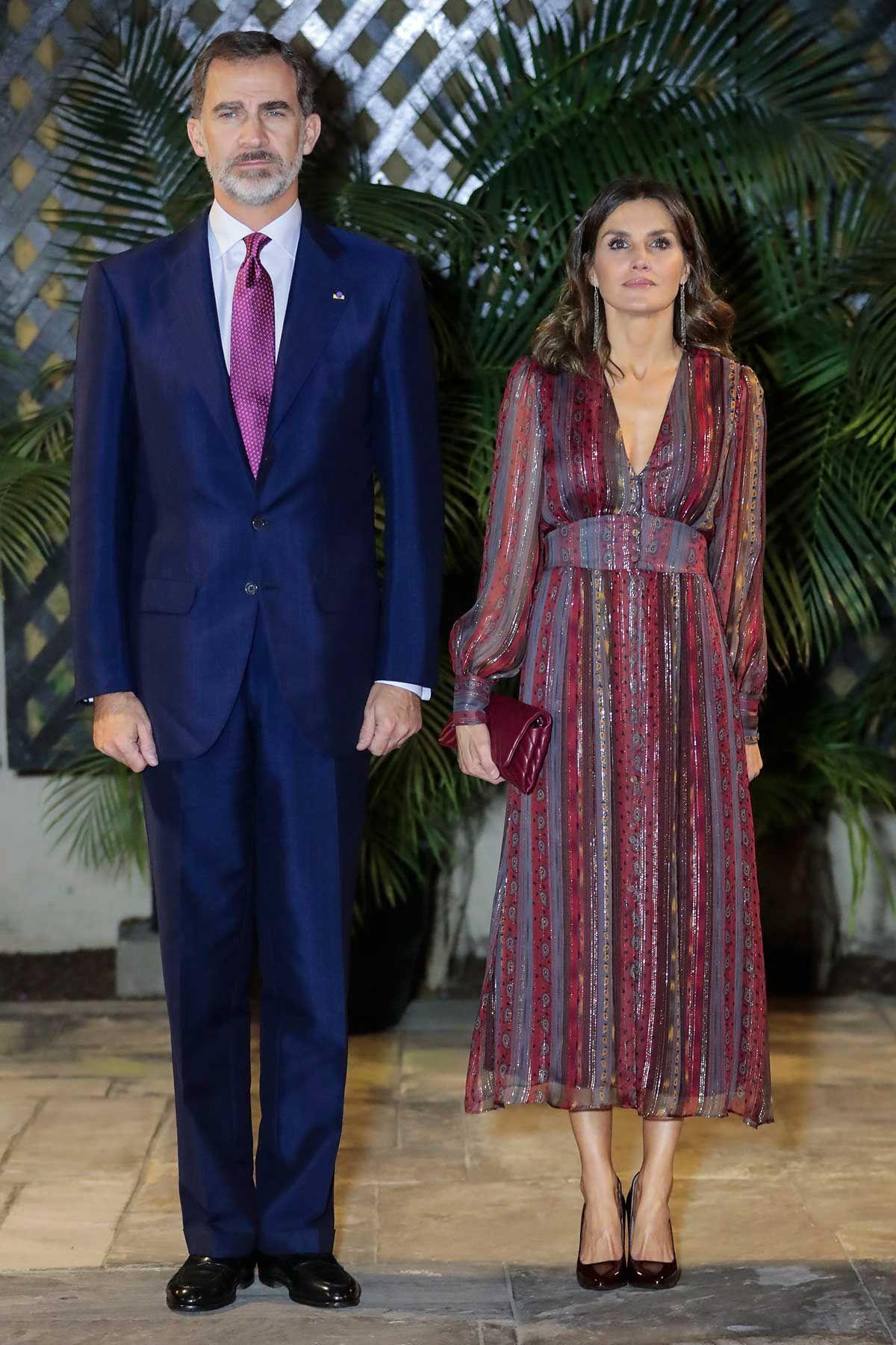 Doña Letizia sorprende con un escotado vestido en Perú