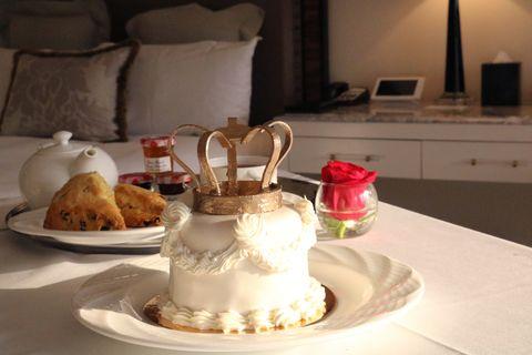 Food, Dessert, Porcelain, Cake, Sweetness, Cuisine, Tableware, Icing, Cake decorating, Dish,