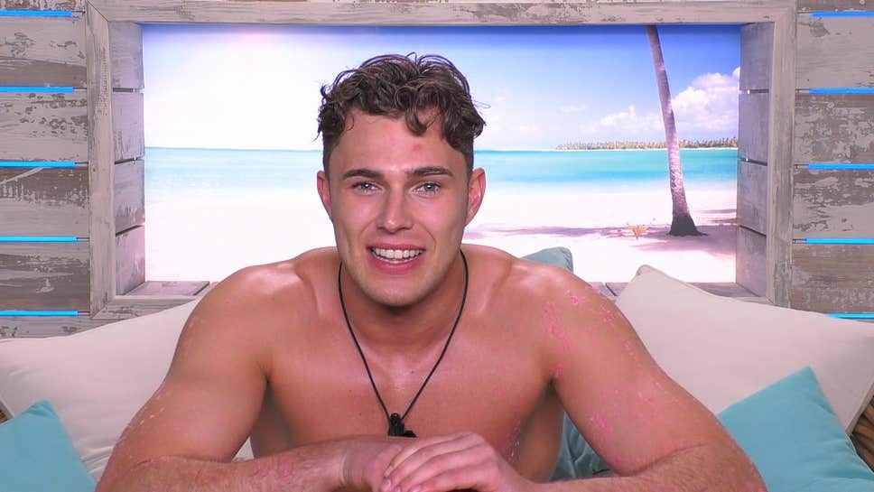 Love Island's Curtis let his t-shirt do the talking on last night's episode