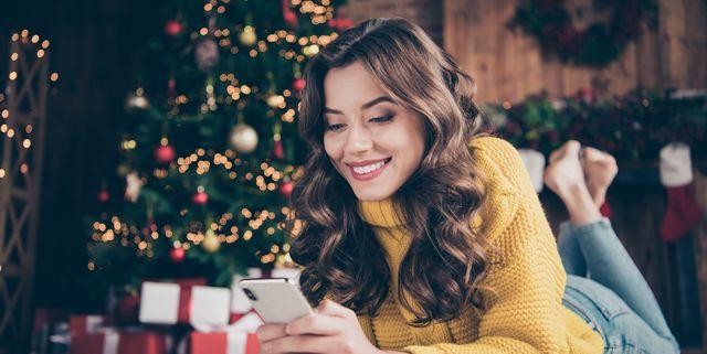 jonge vrouw kerstboom
