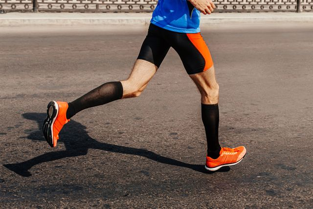 corredor corriendo sobre el asfalto