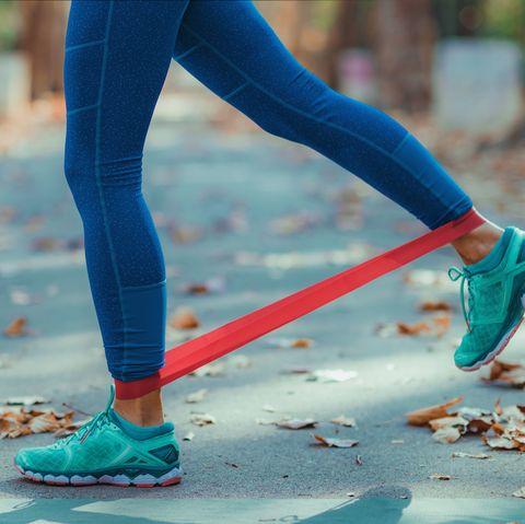 mujer haciendo ejercicio de pierna con una banda elástica