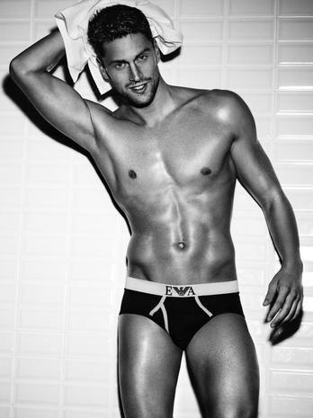 https://hips.hearstapps.com/hmg-prod.s3.amazonaws.com/images/luca-dotto-e-il-nuovo-testimonial-emporio-armani-eyewear-e-underwear-image-ini-620x465-downonly-1520092550.jpg