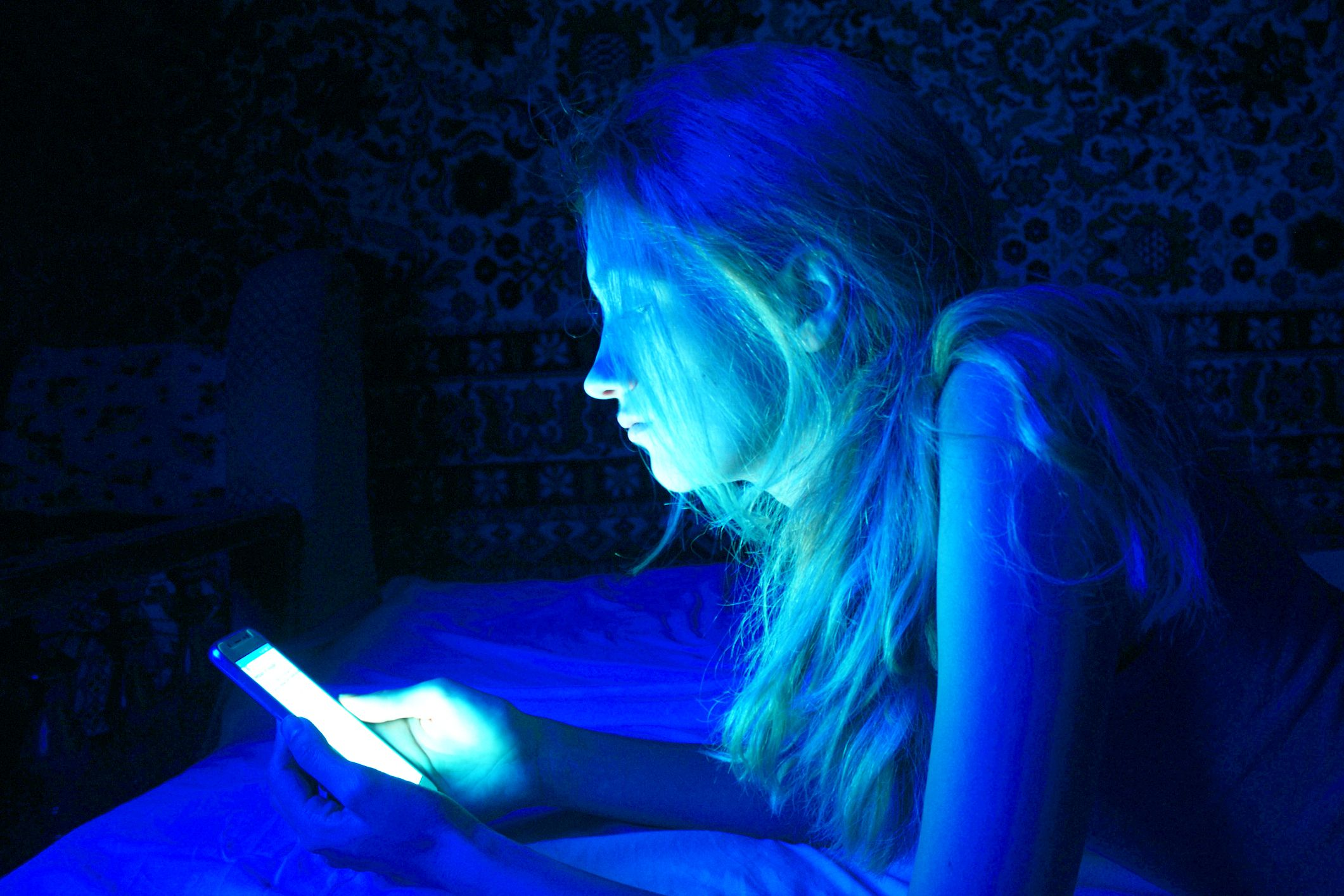 La luce blu degli schermi fa diventare ciechi