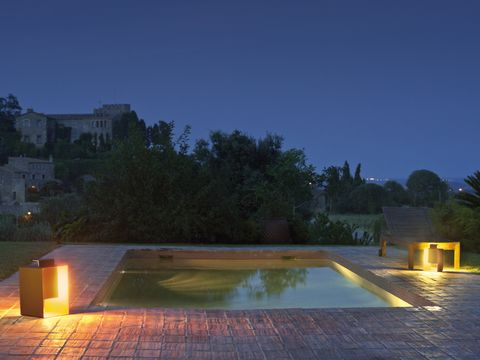 piscina iluminada con focos de exterior