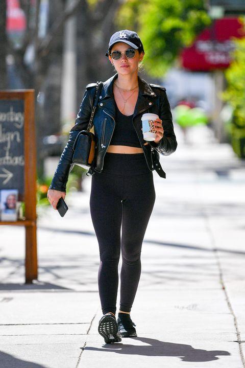 歐美女星 lucy hale 棒球帽配黑色運動內衣緊身褲的私服穿搭