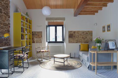 salón rústico con sofá y escritorio