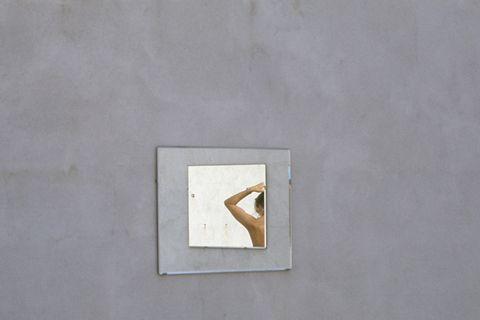 Luigi Ghirri, L'Île-Rousse, specchio, riflesso donna