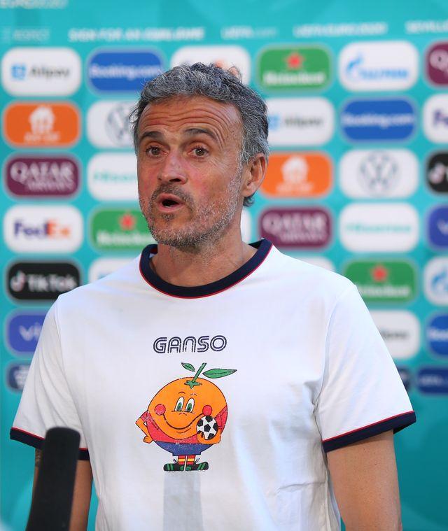 luis enrique con una camiseta de naranjito