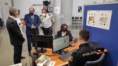 luisa martín recibe el dni europeo junto al ministro del interior y de justicia