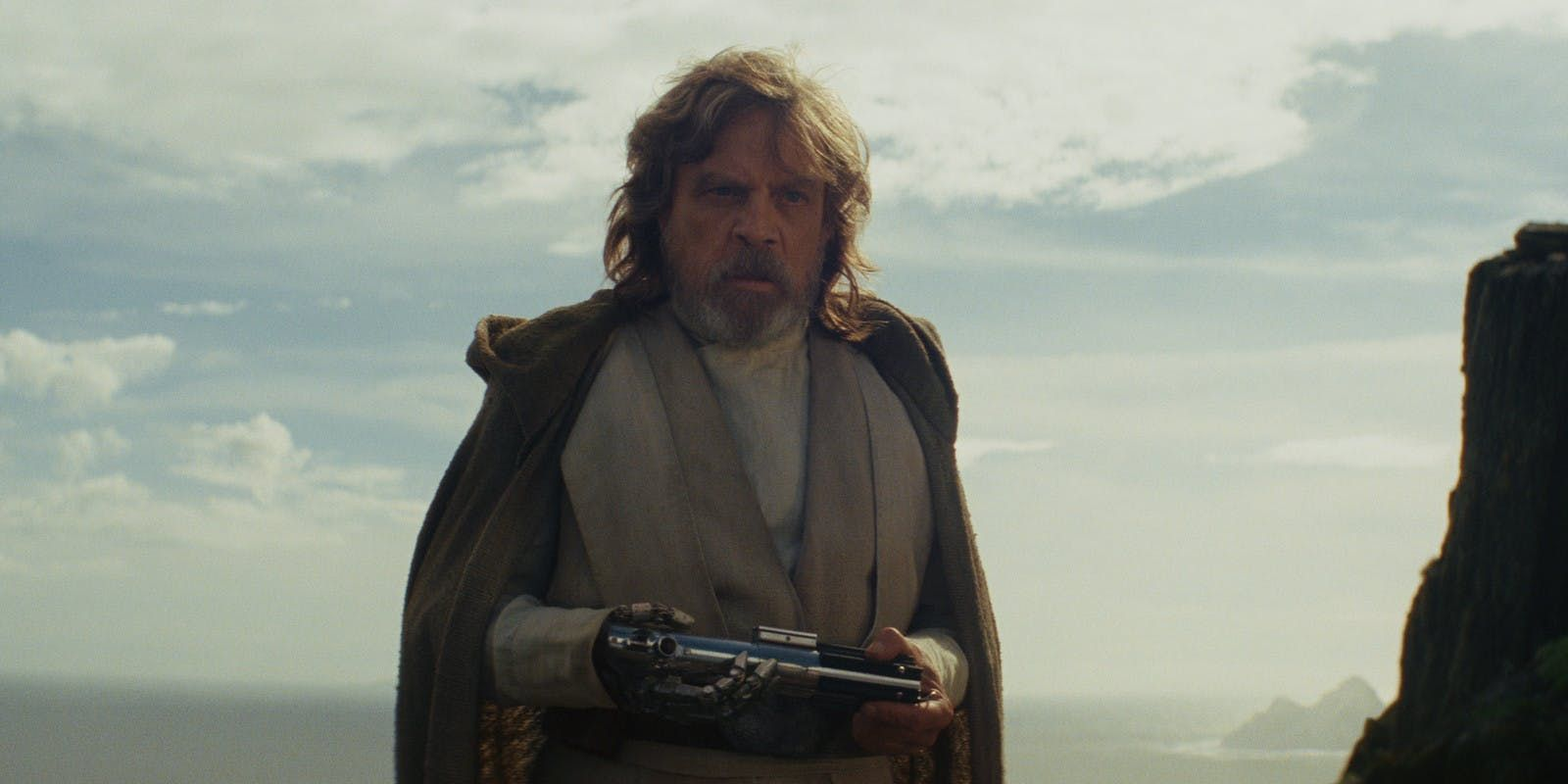 Luke Skywalker con su sable laser en Los Ultimos Jedi