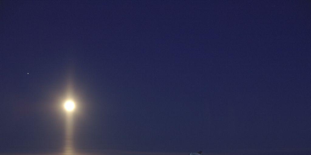Un raro haz de luz bajo la Luna, visto desde el Polo Sur de la Tierra