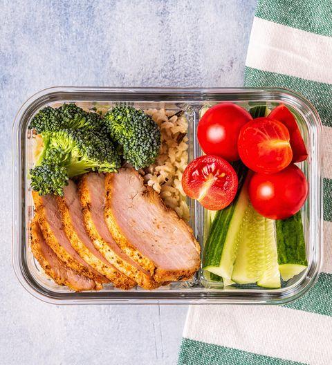 Déjeuner sain déjeuner équilibré avec poulet, riz, légumes