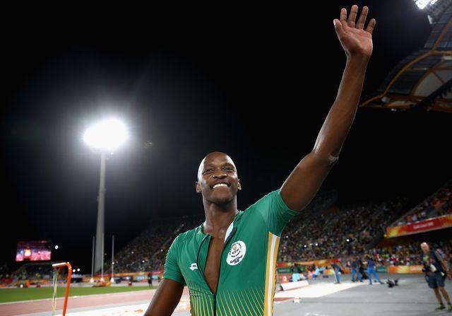 luvo manyonga saluda al público tras ganar una competición de salto de longitud