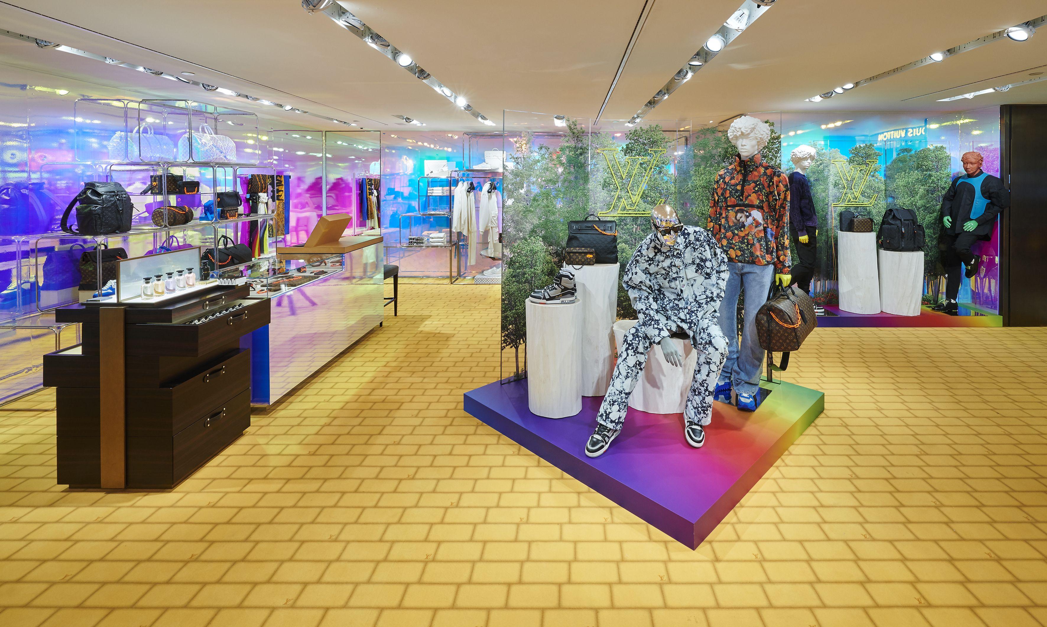 Risultati immagini per Il pop-up store Louis Vuitton presso Rinascente Milano Piazza Duomo foto
