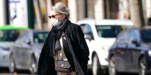 Vrouw op straat met mondkapje