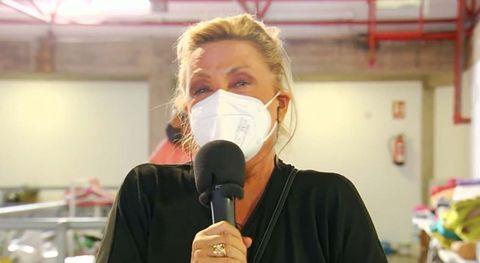 lydia lozano llorando, micrófono en  mano, durante la corbetura de la explosion del volcan de la palma