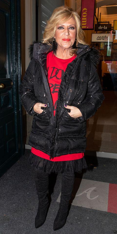 la periodista, con un conjunto en rojo y negro, posa en las calles de madrid