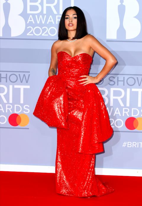 Mabel enla alfombra roja de los Brit Awards 2020.