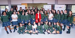Macarena Gómez visita un instituto por sorpresa