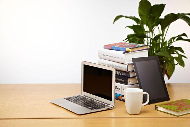 mesa de trabajo preparada para entrevista desde un ordenador