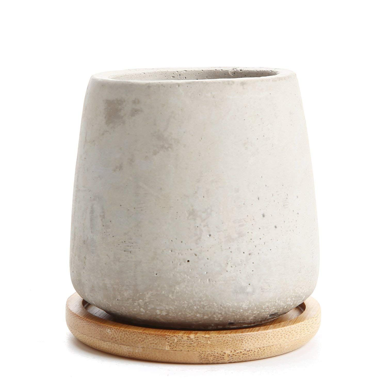 Maceta de cemento con base de bambú