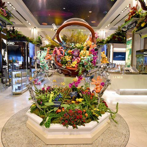 Floristry, Building, Floral design, Flower Arranging, Retail, Lobby, Flower, Shopping mall, Plant, Interior design,
