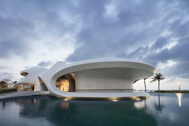 cloudscape de mad architects, un edificio curvo con vanos circulares en haikou, china