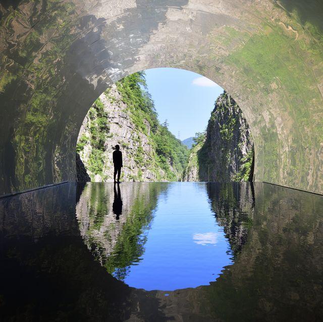 un túnel abandonado en japón convertido en un circuito artístico
