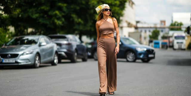 street style in bruine outfit met cut outs