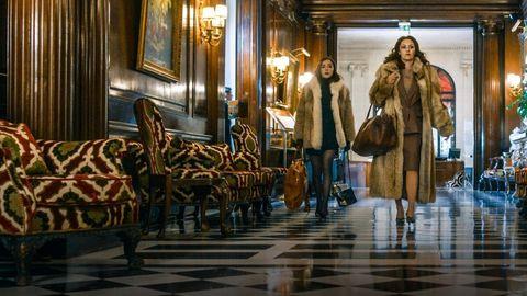 madame claude anda por un pasillo en la película de netflix