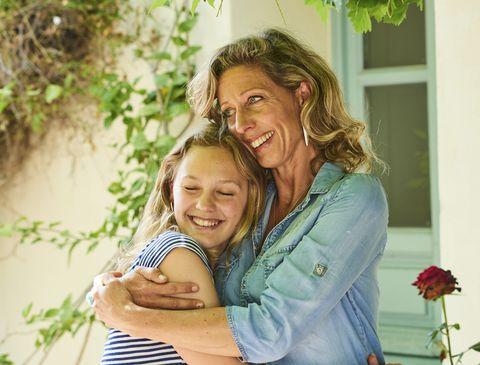 una madre abraza a su hija