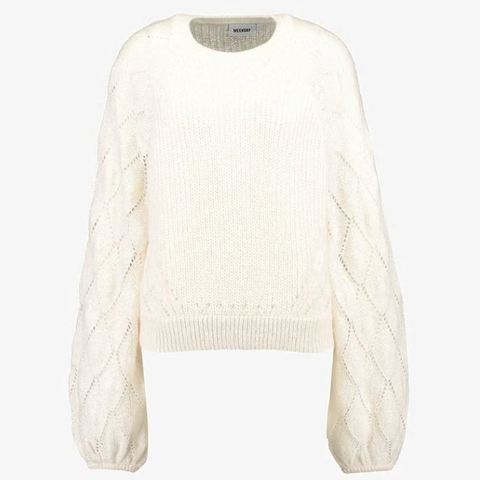 Bijoux natalizi e un maglione bianco: un look cozy per le Feste