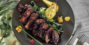 Magret de pato con peras y salsa de frutos rojos