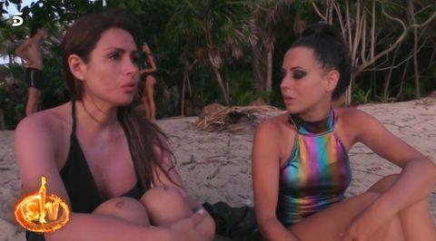 Miriam llora la expulsión de Carlos Lozano de Supervivientes mientras Mahi intenta consolarla en la isla de Honduras.