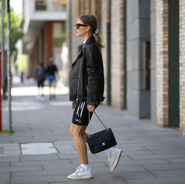 mujer con look deportivo y gafas de sol