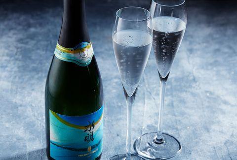 Drink, Champagne stemware, Alcoholic beverage, Wine, Alcohol, Water, Bottle, Stemware, Glass, Liquid,