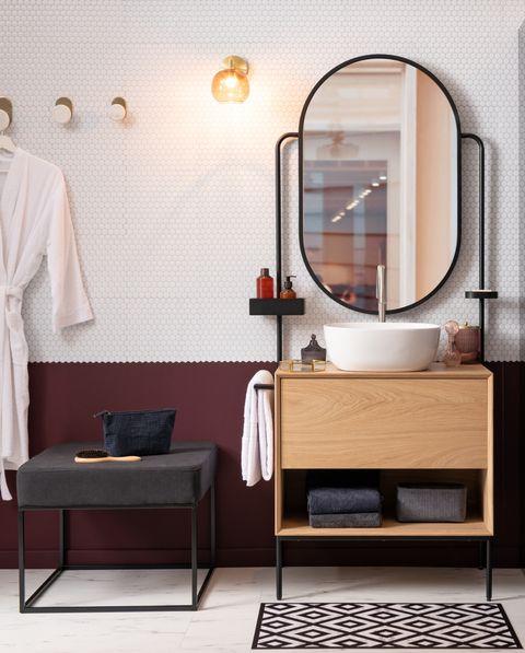 ambiente de cuarto de baño masculino con espejo integrado en el mueble, de maisons du monde