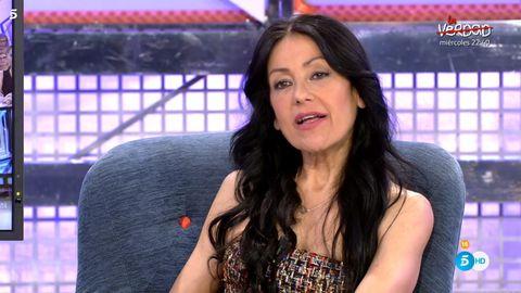 Television presenter, Long hair, Black hair, Smile, Trunk, Abdomen, Newsreader,