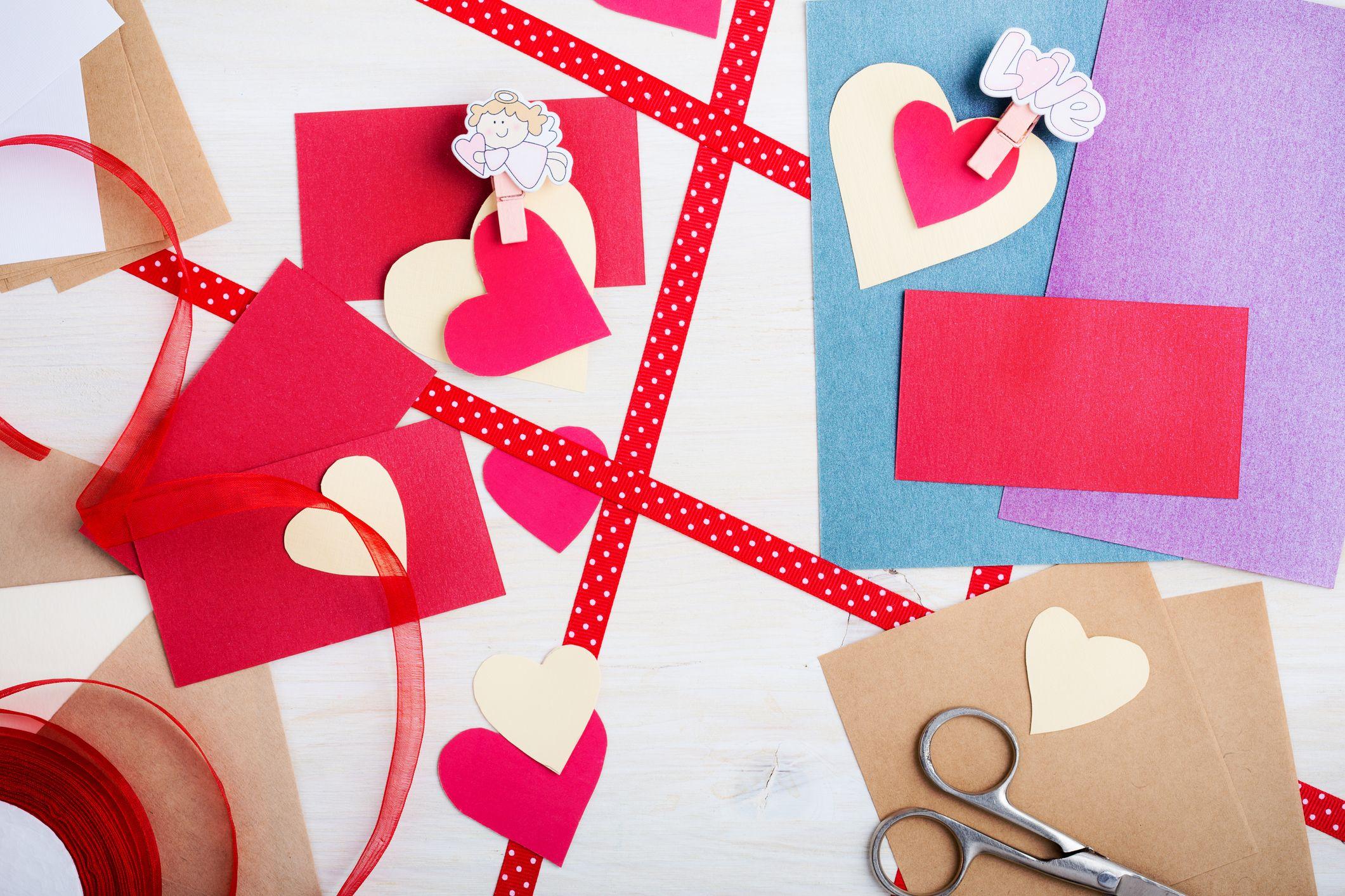 изработване на картичка за деня на влюбените, изглед отгоре