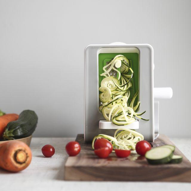 making vegetable noodle with spiralizer