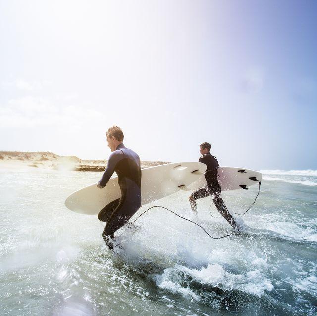 hombres surfeando