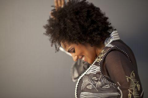 Hair, Afro, Hairstyle, Jheri curl, Shoulder, Human, S-curl, Black hair, Singer, Photography,